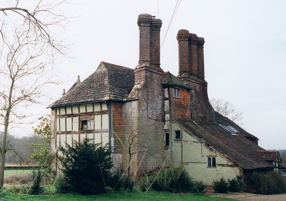 Drop tie roof, a surviving crosswing to an earlier building; Elizabethan chimneys. Late 16th century, East Grinstead.